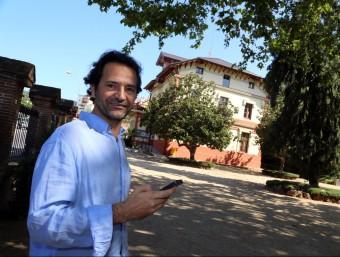 Domènech a l'edifici de Ca l'Alfaro de Llavaneres, un dels indrets recomanats des de l'aplicació.  Foto:QUIM PUIG