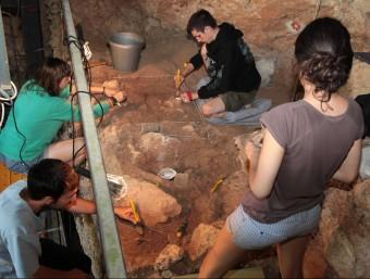 Joves en les excavacions que es feien aquest estiu a les coves. Foto:JOAN SABATER