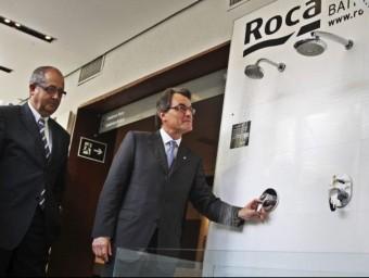 Artur Mas en un show room de Roca.