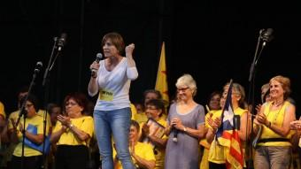 Carme Forcadell, presidenta de l'ANC, en un moment del seu parlament, secundada per Muriel Casals, d'Òmnium Cultural Foto:ANDREU PUIG