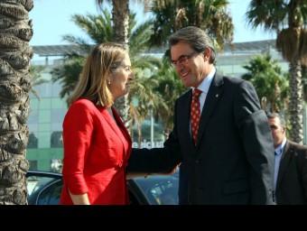 El president de la Generalitat i la ministra de Foment, en la firma del conveni per dur el tren al port de Barcelona.