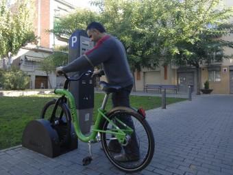 Un usuari aparcant una bicicleta Urbike.  Foto:ARXIU