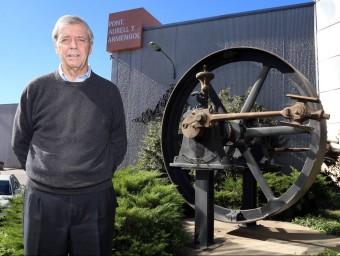 Ignasi Escudé davant part de la màquina de vapor d'un vaixell que proveïa d'energia l'empresa després de la guerra.  Foto:JUANMA RAMOS