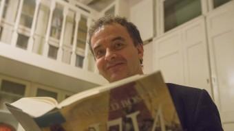 Alfred Bosch, amb la seva novel·la. Foto:ALBERT SALAMÉ