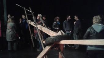 Públic envoltant la instal·lació de Jordi Galí de l'acció T, dissabte a La Planeta Foto:SPA