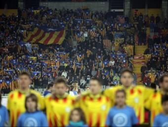 Una imatge del partit d'ahir a l'Estadi Olímpic Foto:QUIM PUIG