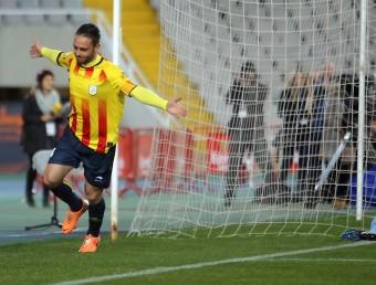 Sergio García , amb el braçalet de capità, celebra un dels dos gols, amb el porter de Cap Verd abatut Foto:QUIM PUIG