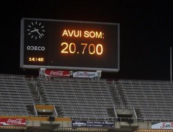 El marcador del Lluís Companys, ubicat en una zona de l'estadi que dilluns estava buida, en el moment en què anunciava el nombre d'espectadors Foto:QUIM PUIG