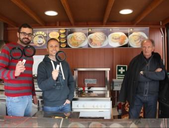Marcel Pradas, Àngel Cercós i Josep Maria Pradas, al mòdul mòbil amb les paelles especials per fer les truites.  Foto:D. MARÍN