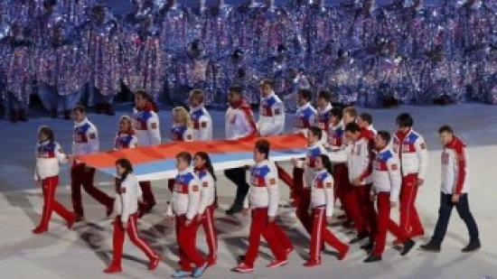 Un grup d'atletes russos porta la bandera del seu país després de despenjar-la de l'estadi olímpic durant la cerimònia de clausura Foto:REUTERS