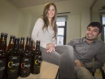 Anna Lafont i Abel Sánchez mostren les varietats Solana i Obaga de la nova cervesa artesana.  Foto:ALBERT SALAMÉ