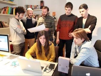 L'equip d'Elkano Data, amb el seu fundador, Pau Cuervo, el segon per l'esquerra.  Foto:JUDIT FERNÀNDEZ