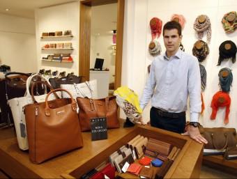 Jordi Bella a la botiga oberta al carrer Sant Pere de Terrassa, una de les sis que hi ha en funcionament.  Foto:ORIOL DURAN