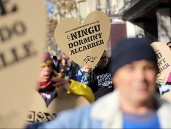 Persones sense llar, voluntaris i treballadors de la Fundació Arrels van sortiran al carrer el desembre de 2013 amb grans cors de cartró amb el missatge 'Ningú dormint al carrer',  Foto:L'ECONÒMIC