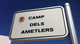 Una placa recorda el camp dels Ametlers , on primeramentvan ser reclosos els presoners republicans Foto:EL PUNT AVUI