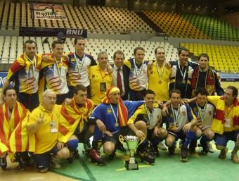 La selecció catalana que va guanyar el mundial B de Macau amb el trofeu i les medalles Foto:ANNA FERRER