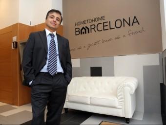 Albert Guasch, a la recepció de l'edifici d'apartaments Home to Home Barcelona, a tocar de la plaça d'Espanya.  Foto:Q.P