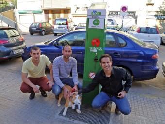 Els tres emprenedors d'Eco-Can davant de l'urinari per a gossos.  Foto:JUANMA RAMOS