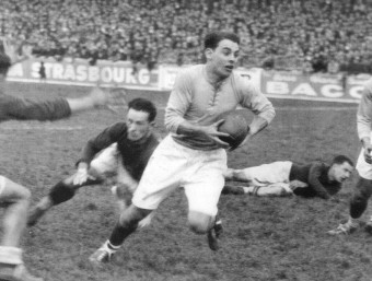 Jep Desclaux, amb la pilota, s'escapa d'uns rivals Foto:USAP