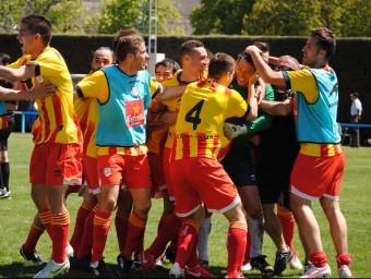 Els jugadors de la selecció abracen a Íñigo i celebren, extasiats, la classificació per a la final de diumenge a Segòvia Foto:ÁLVARO MONTOLIU / FCF