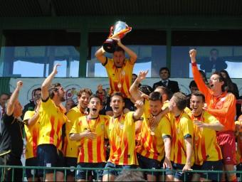 El capità, Àlex Cano, alça la copa de campions estatals de la copa de les Regions, ahir a la llotja del camp municipal de l'Albuera Foto:ÁLVARO MONTOLIU / FCF