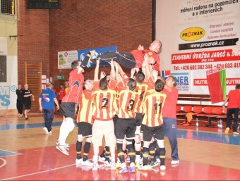 Els jugadors de Catalunya mantegen el seu company Dani Asensi al final del partit. Foto:T.M