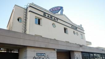 Vista de l'edifici on hi havia el club Saratoga, a Castelldefels Foto:ANDREU PUIG