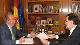 El rei Joan Carles lliura la carta de l'abdicació al president del govern espanyol, Mariano Rajoy, aquest dilluns a La Zarzuela Foto:EFE