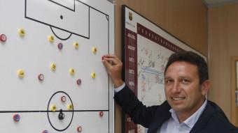 Eusebio Sacristan no deixa de veure futbol mentre espera ofertes Foto:ORIOL DURAN