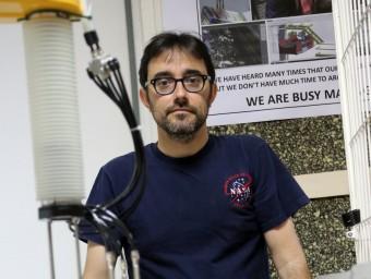 Eugenio Garnica posa junt al prototip que s'instal·larà a Mataró.  Foto:QUIM PUIG