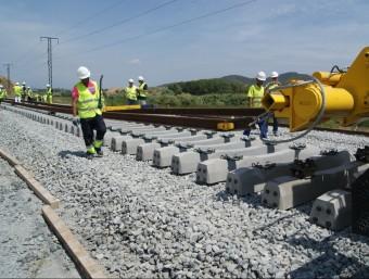 Operaris de les obres de la línia d'alta velocitat treballen el 2012 en el tram entre Barcelona i Mollet del Vallès.  Foto:ARXIU
