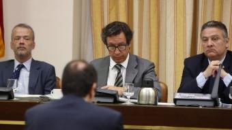 El vicepresident segon de la Comissió de Justícia del Congrés, Antonio Camacho, el vicepresident primer, Carlos Floriano, i el president, Alfredo Prada, durant la sessió en què s'ha debatut l'aforament de Joan Carles I Foto:EFE