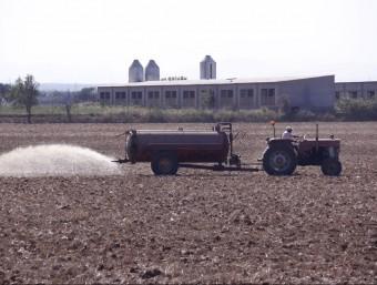 Fertilització en vano de purins . La nova normativa obligarà a dipositar-la a terra Foto:ARXIU