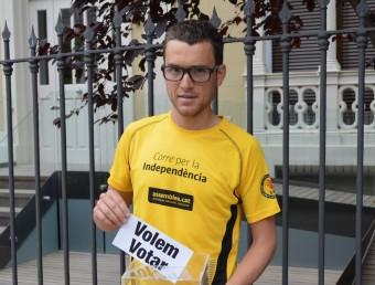 Marc Pinsach amb la butlleta del 'Volem votar' Foto:PLATAFORMA PRO SELECCIONS ESPORTIVES CATALANES