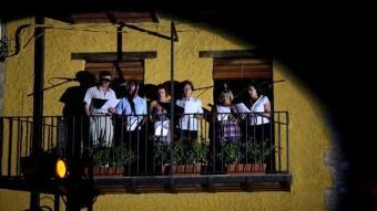 Detall d'una de les actuacions des d'un balcó de la plaça del Gambeto de Riudaura. Foto:J.C