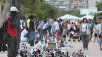 Venedors il·legals al passeig de Santa Margarida Foto:Lluís Serrat