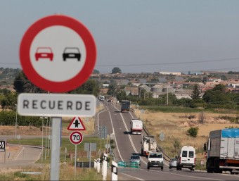Una senyal de prohibit avançar en un tram de la N-240 a l'alçada de Juneda Foto:J.C.LEÓN