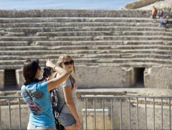 Les estadístiques d'atur han repuntat i les comarques de Tarragona, a la imatge turistes a l'amfiteatre, concentren, amb un 23,17% la taxa més alta del país. Foto:ARXIU