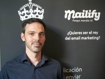 El director general de Mailify, Paul de Fombelle, amb elements de promoció de l'empresa.  Foto:JOSEP LOSADA