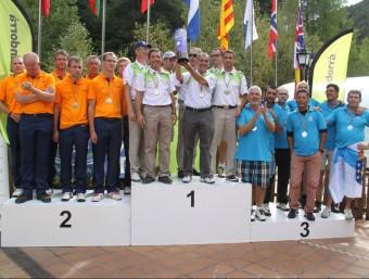 Els jugadors catalans, amb el trofeu de campions, en el podi d'ahir a Andorra Foto:FCPP