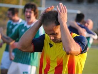 Andrés Borges es lamenta de la derrota un cop l'àrbitre va assenyalar el final del partit, ahir a Ternovca Foto:ÁLVARO MONTOLIU / FCF