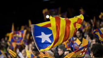Seguidors del Barça, exhibint banderes estelades Foto:ALBERT SALAMÉ