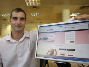 El director general, David Ciudad, mostra el portal web de Populetic.  Foto:ORIOL DURAN