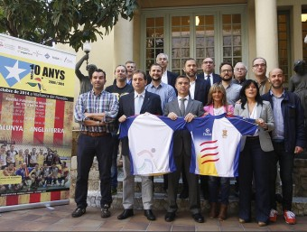 Ramon Basiana i Ivan Tibau , al mig, amb alguns dels integrants de la selecció catalana i d'altres autoritats en l'acte d'ahir al Museu Melcior Colet Foto:ORIOL DURAN