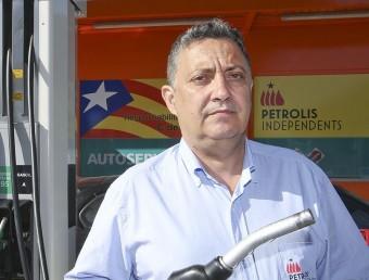 Jordi Roset fotografiat al punt de servei que Petrolis Independents té a Vic.  Foto:JORDI PUIG/EL9 NOU