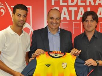 Gerard, Andreu Subies i Roger posen amb la samarreta de Catalunya, ahir a la seu de la FCF Foto:RUBÈN MIRÓ