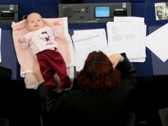 L'eurodiputada danesa Hanne Dahl va generar debat al voltant de la conciliació en assistir a una votació amb el seu fill.  Foto:ARXIU/PE