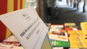 L'establiment gironí ha posat a peu de carrer i a disposició dels clients i ciutadans un ordinador per poder consultar on s'ha d'anar a votar Foto:LLUÍS SERRAT