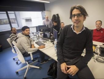 Alfredo Ouro amb l'equip d'enginyers de HallSt a les oficines al Centre Tecnològic Barcelona Nord.  Foto:ALBERT SALAMÉ