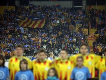 El moment de la interpretació de l'himne de Catalunya en el partit de l'any passat contra Cap Verd a l'estadi Lluís Companys Foto:QUIM PUIG